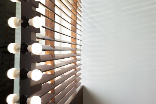Drewniane żaluzje ze światłem słonecznym w pokoju domowym