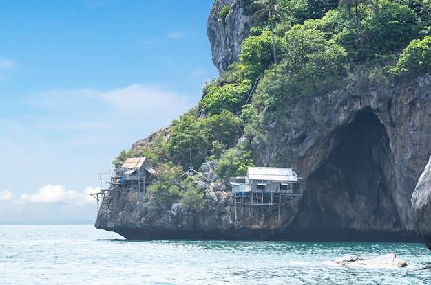 Drewniani domy budowali na skałach w koh lankajiu przy chumphon w tajlandia.