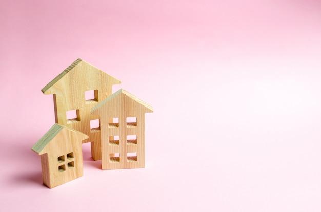 Drewniani domy na różowym tle.