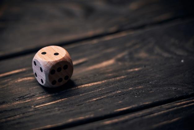 Drewniani kostka do gry na starym drewno stole. numer dwa u góry.