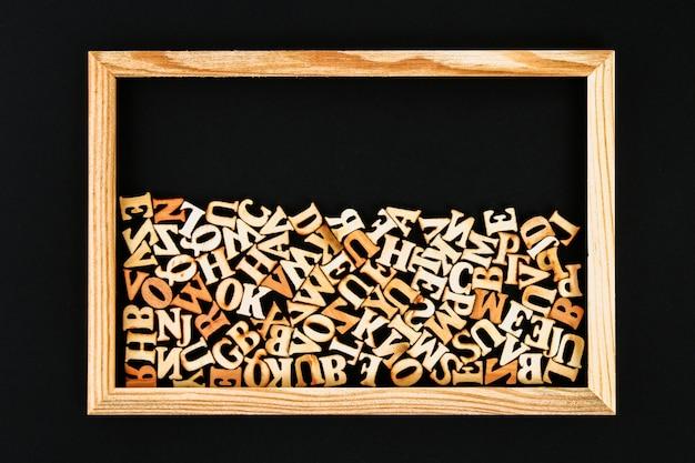 Drewniani listy w drewnianej ramie na chalkboard. pojęcie czytania, wiedzy, nauki.