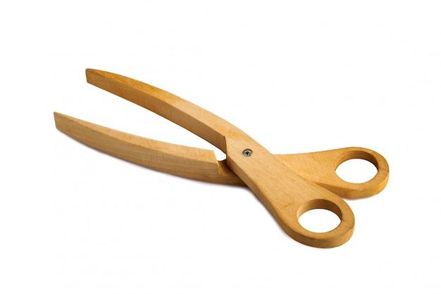 Drewniani nożyce odizolowywający na białym tle.