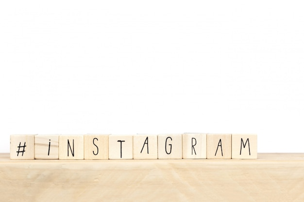 Drewniani sześciany z hashtag i słowa instagram, ogólnospołeczny medialny pojęcie