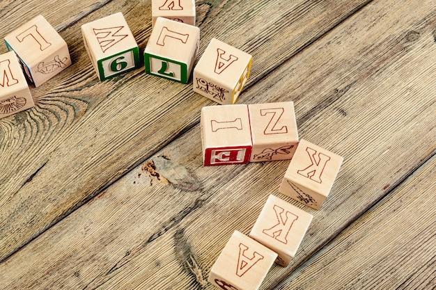 Drewniani sześciany z listami na drewnianym stole