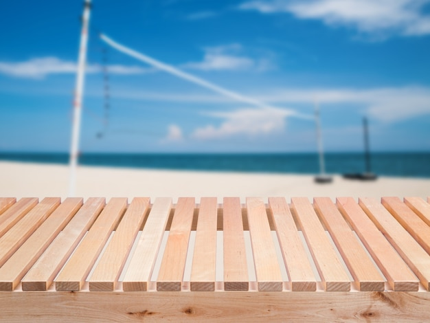 Drewniany balkon z odkrytym tłem sportowym