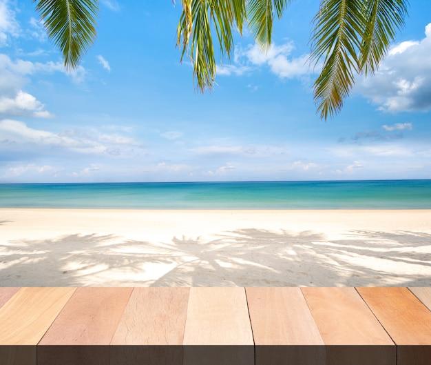 Drewniany bar stołowy na plaży, morzu i niebie