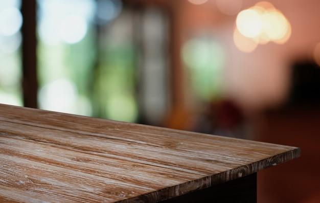 Drewniany blat w rozmycie tła wnętrza pokoju z pustej przestrzeni kopii.