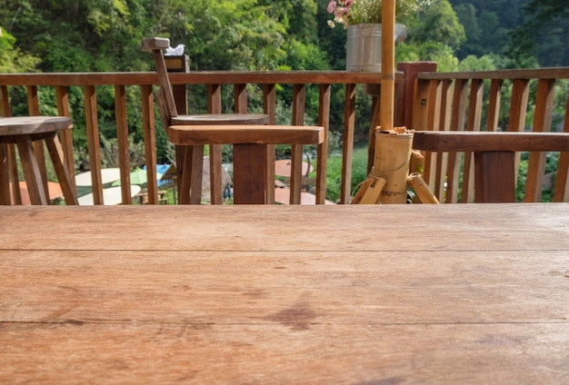 Drewniany blat w salonie na zewnątrz w kolorze naturalnym