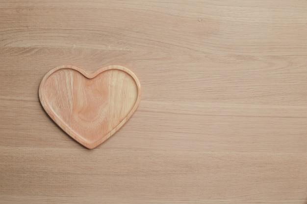 Drewniany blat z artykuły kuchenne na tle