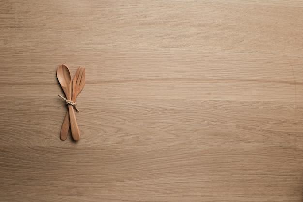 Drewniany blat z przyborami kuchennymi na deseń