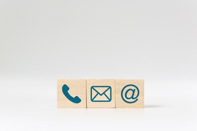 Drewniany blok kostka symbol telefon, e-mail, adres