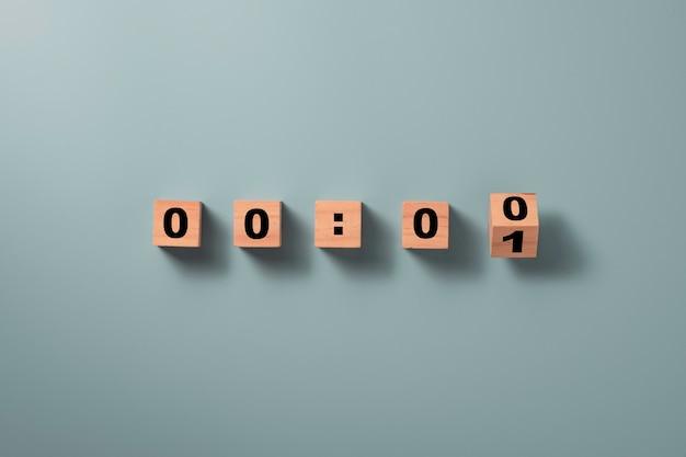 Drewniany blok kostki odwraca się, aby zmienić numer jeden na zero na niebiesko