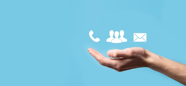 Drewniany blok symbol telefon, e-mail, kontakt. strona internetowa skontaktuj się z nami lub koncepcja e-mail marketingu