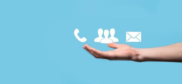 Drewniany blok symbol telefon, e-mail, kontakt. strona internetowa skontaktuj się z nami lub koncepcja e-mail marketingu.