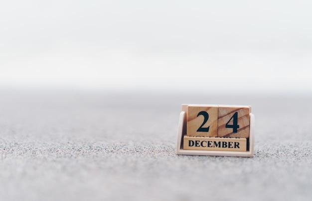 Drewniany blok z cegieł pokazuje datę i kalendarz miesięczny