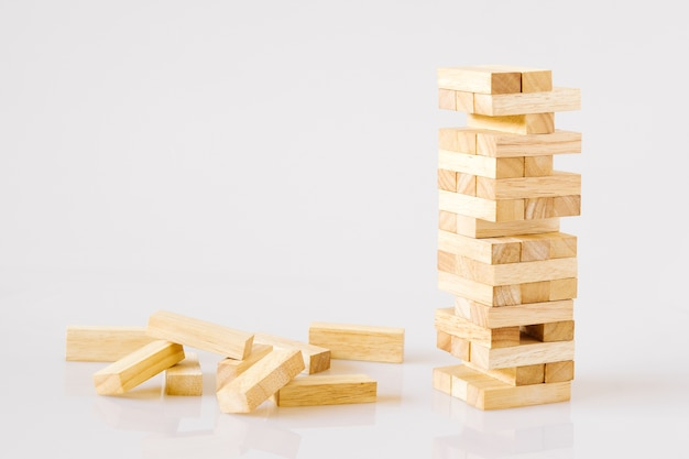 Drewniany bloki buduje wierza odizolowywającego na białym tle z kopii przestrzenią.