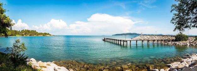 Drewniany chodnik na plaży
