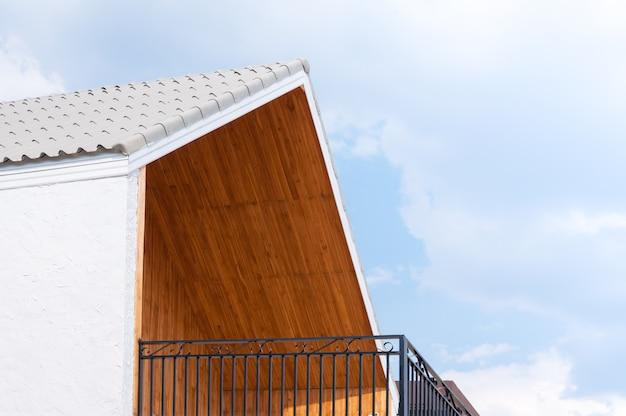 Drewniany dach dwuspadowy z błękitnym niebem, trójkąty dach domu na tle nieba