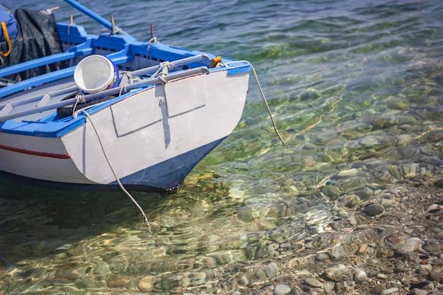 Drewniany detal łodzi w przezroczystym morzu na sycylii