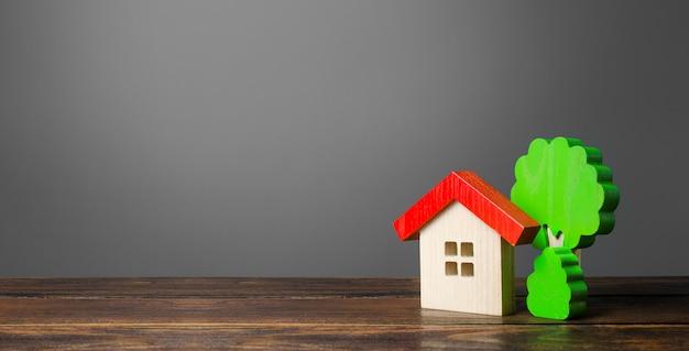 Drewniany dom i drzewa. nowy dom. niedroga wygodna obudowa.