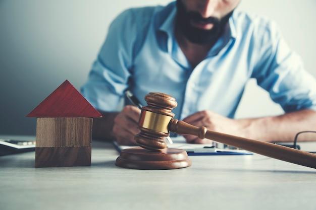 Drewniany dom i młot sędziego