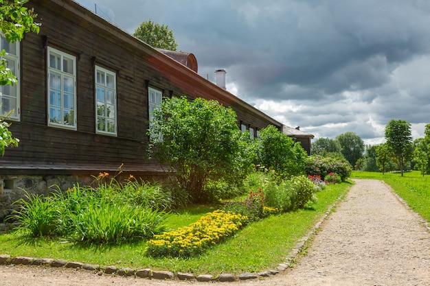 Drewniany dom i ogród kwiatowy we wsi rosji.