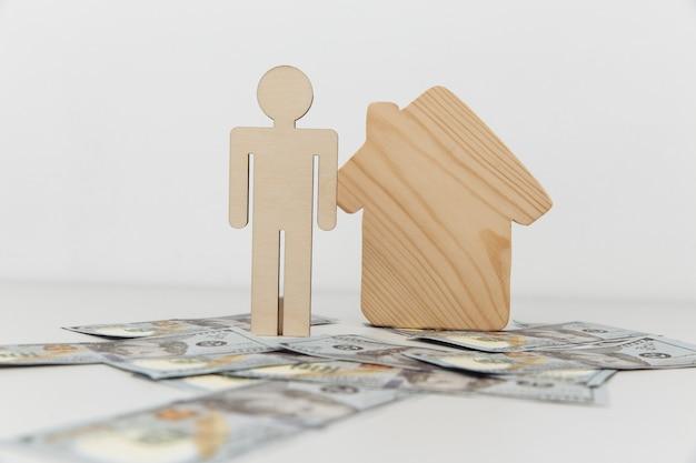 Drewniany dom i postać osoby.