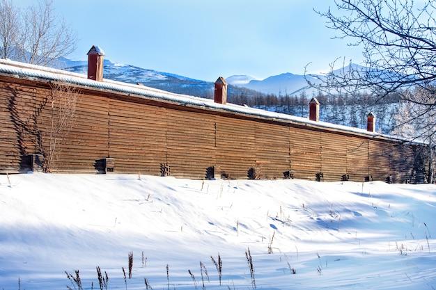 Drewniany dom na farmie w górach na kamczatce