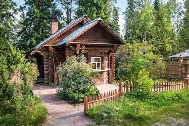 Drewniany dom odźwiernego w ogrodzie botanicznym na wyspach sołowieckich i północnym lesie