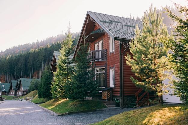 Drewniany dom w górach jesienią