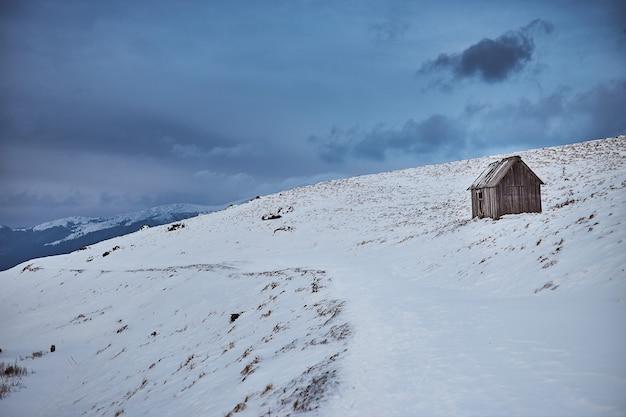 Drewniany dom w górach zimą
