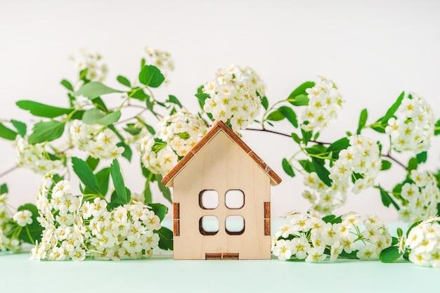Drewniany dom w kompozycji kwiatowej koncepcja ekologicznego stylu życia widok z góry flat lay flat