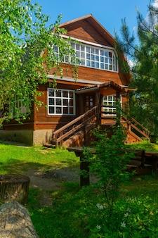 Drewniany dom w lesie. indywidualna budowa domków.