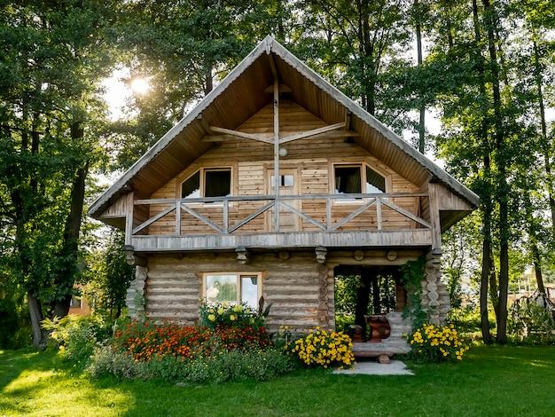 Drewniany dom w lesie, wczesna jesień