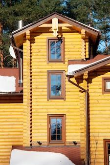 Drewniany dom w sosnowym lesie rano