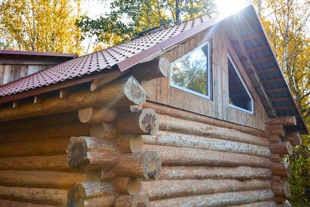 Drewniany dom z bali w lesie