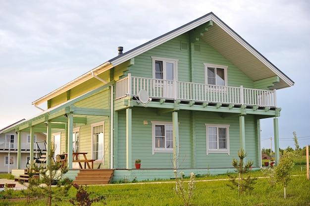 Drewniany dom z klejonych belek