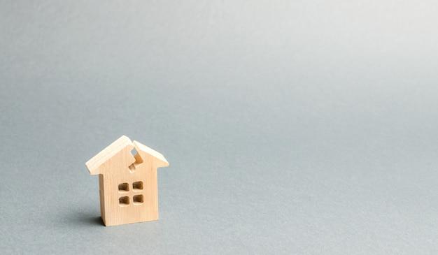 Drewniany dom z pęknięciem.