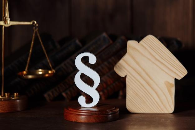Drewniany domek i figura akapitowa i skale. standaryzacja i budowa mieszkań. usługi prawne dotyczące nieruchomości