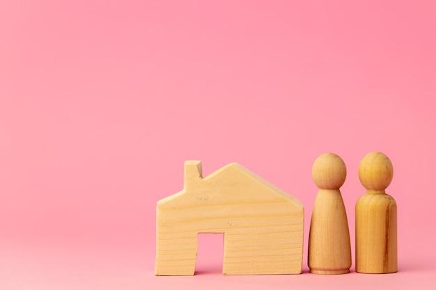 Drewniany domek i miniaturowe zabawki na różowo