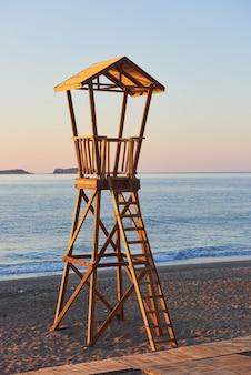 Drewniany domek na plaży w hiszpanii dla straży przybrzeżnej.
