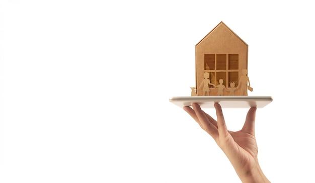 Drewniany domek z zabawkami, kupno domu