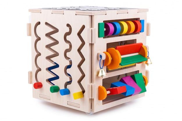 Drewniany ekologiczny dom z zajęciami. zabawka edukacyjna dla dzieci