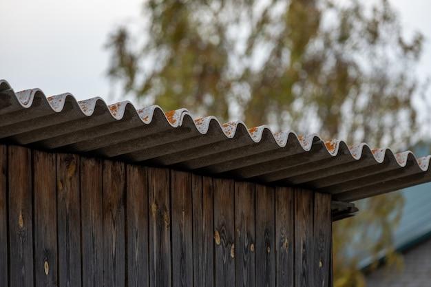 Drewniany garaż z łupkowym dachem