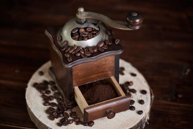 Drewniany i staromodny młynek do kawy