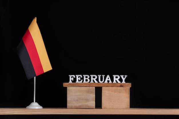 Drewniany kalendarz lutego z flagą niemiec
