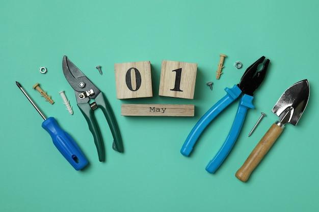 Drewniany kalendarz z 1 majkiem i narzędziami na miętowym tle