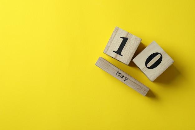 Drewniany kalendarz z 10 maja na żółto