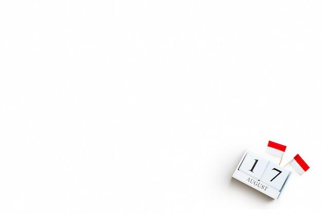 Drewniany kalendarz z 17 sierpnia z miniaturowymi flagami indonezji. indonezja dzień niepodległości indonezji, święto narodu i koncepcje szczęśliwego świętowania