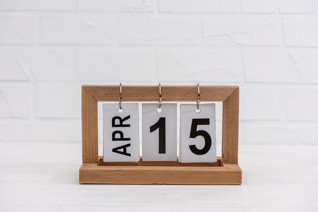 Drewniany kalendarz z datą 15 kwietnia, dzień podatkowy